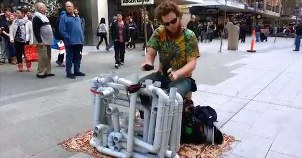 'Pipe Guy' Street Performer Wows Pedestrians With Techno Made From Pipes